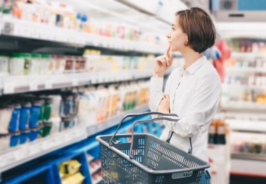 中区大須パーソナルジム配信_コンビニで買い物する女性