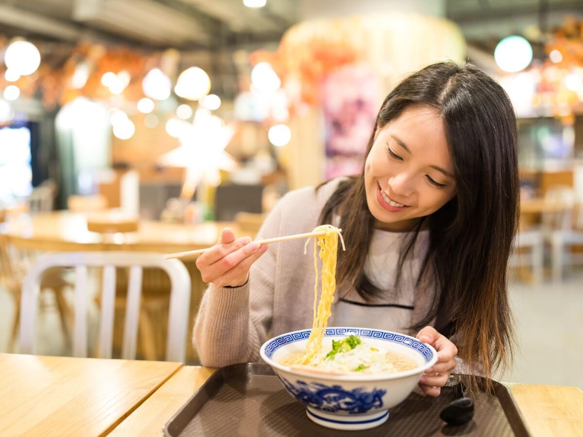 名古屋市中区_パーソナルジム_ラーメンを食べている女性