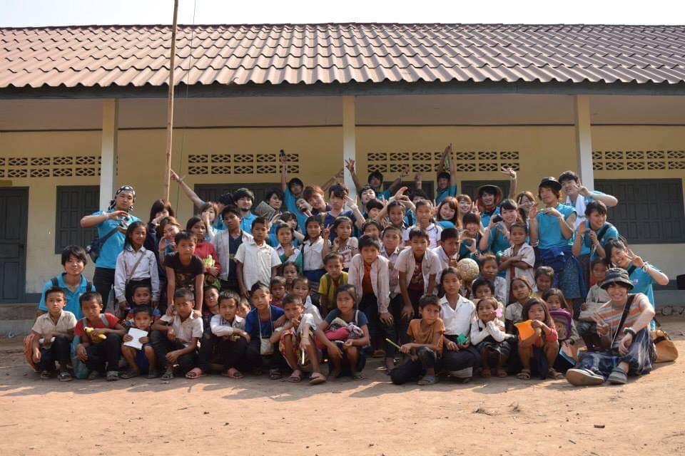 ボランティア活動 子供との集合写真