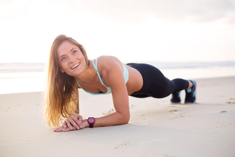 女性が笑顔でトレーニングをしている写真
