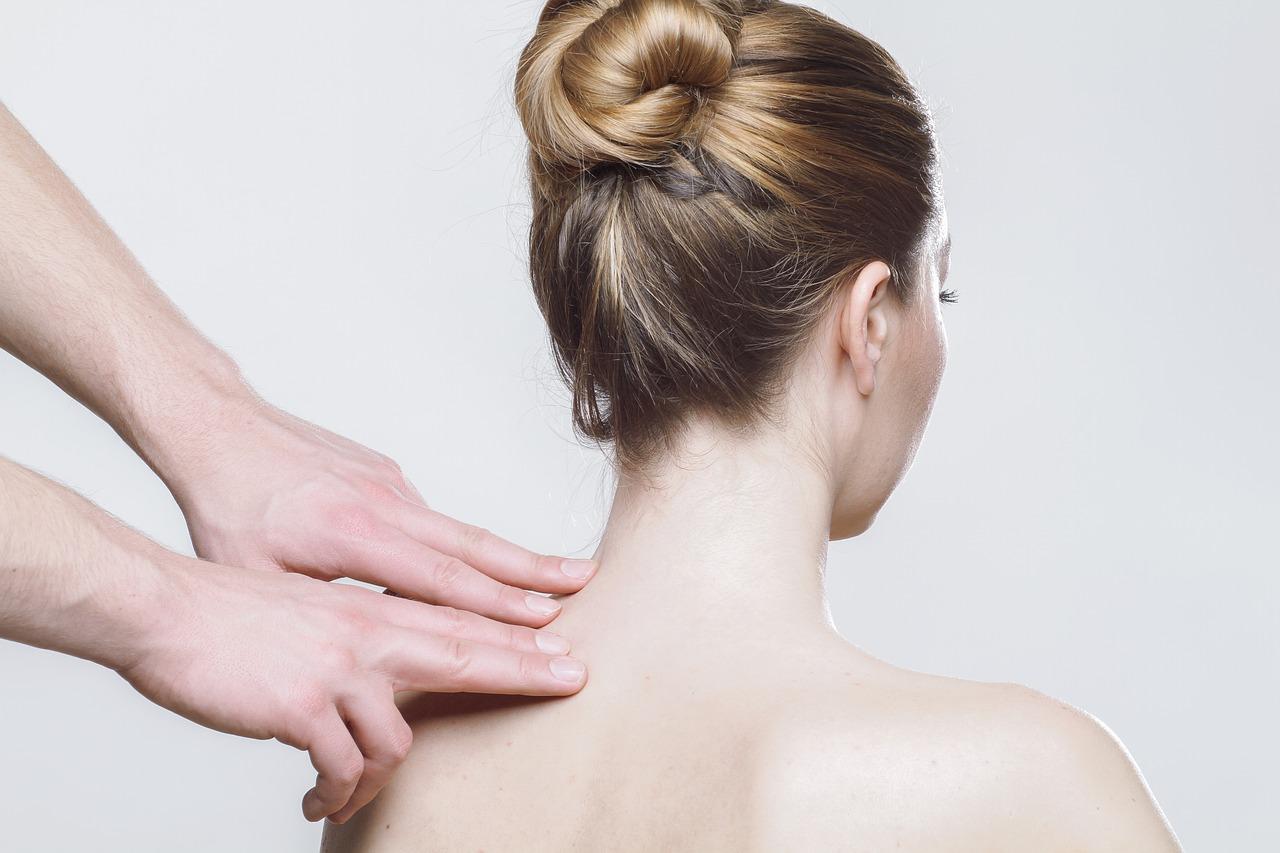 女性の肩を触診している写真
