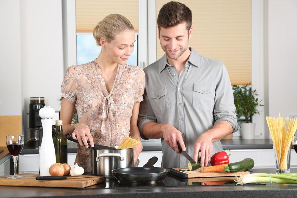 夫婦が笑顔で楽しそうに料理している