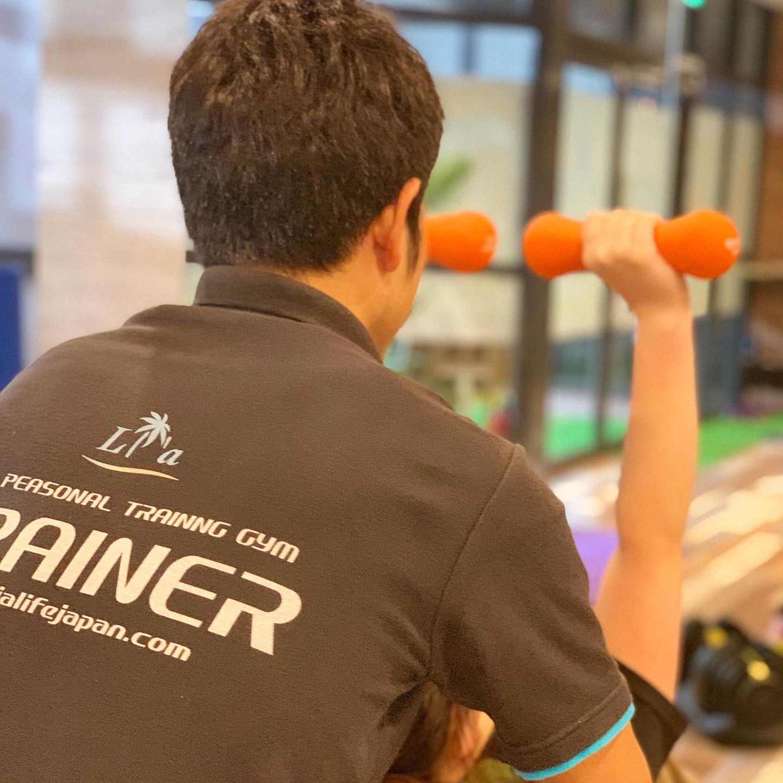 天白区パーソナルジムリアでトレーナーとお客様でダンベルトレーニング