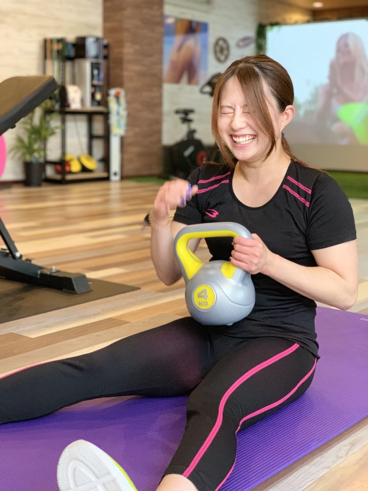 天白区パーソナルジム平針でお客様が笑顔でトレーニングしている写真