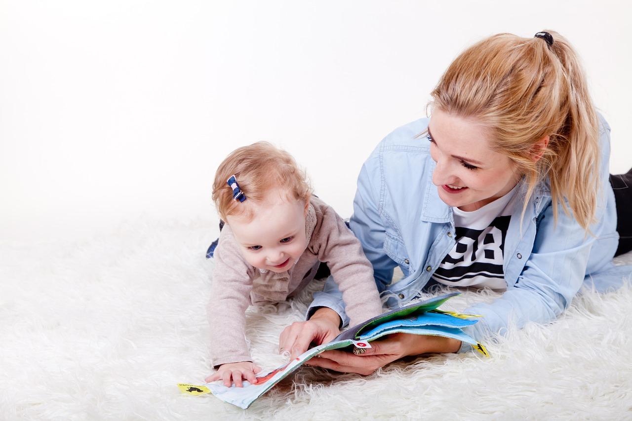 ママが子供と一緒に本を読んでいる写真