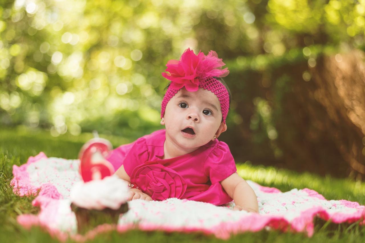 赤ちゃんが自然の中にいる写真