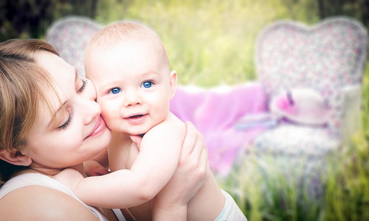 ママが赤ちゃんを抱いている写真