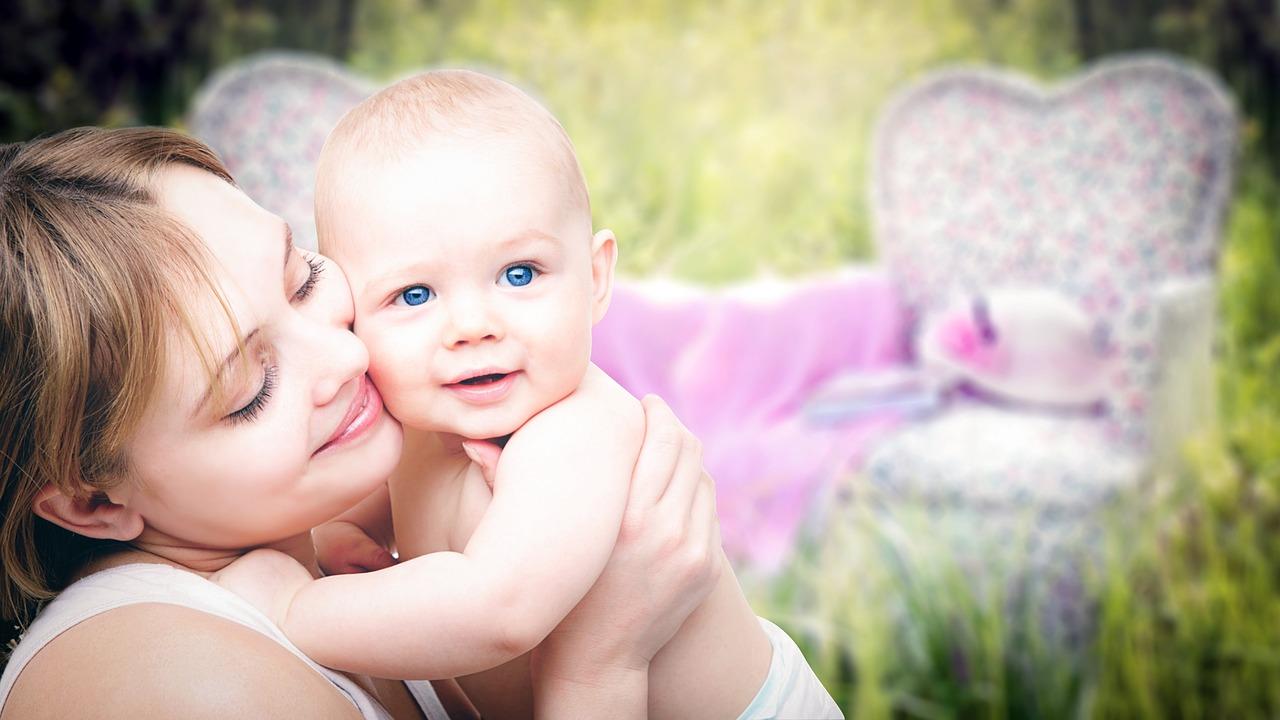 ママと赤ちゃんが幸せそうにしている写真
