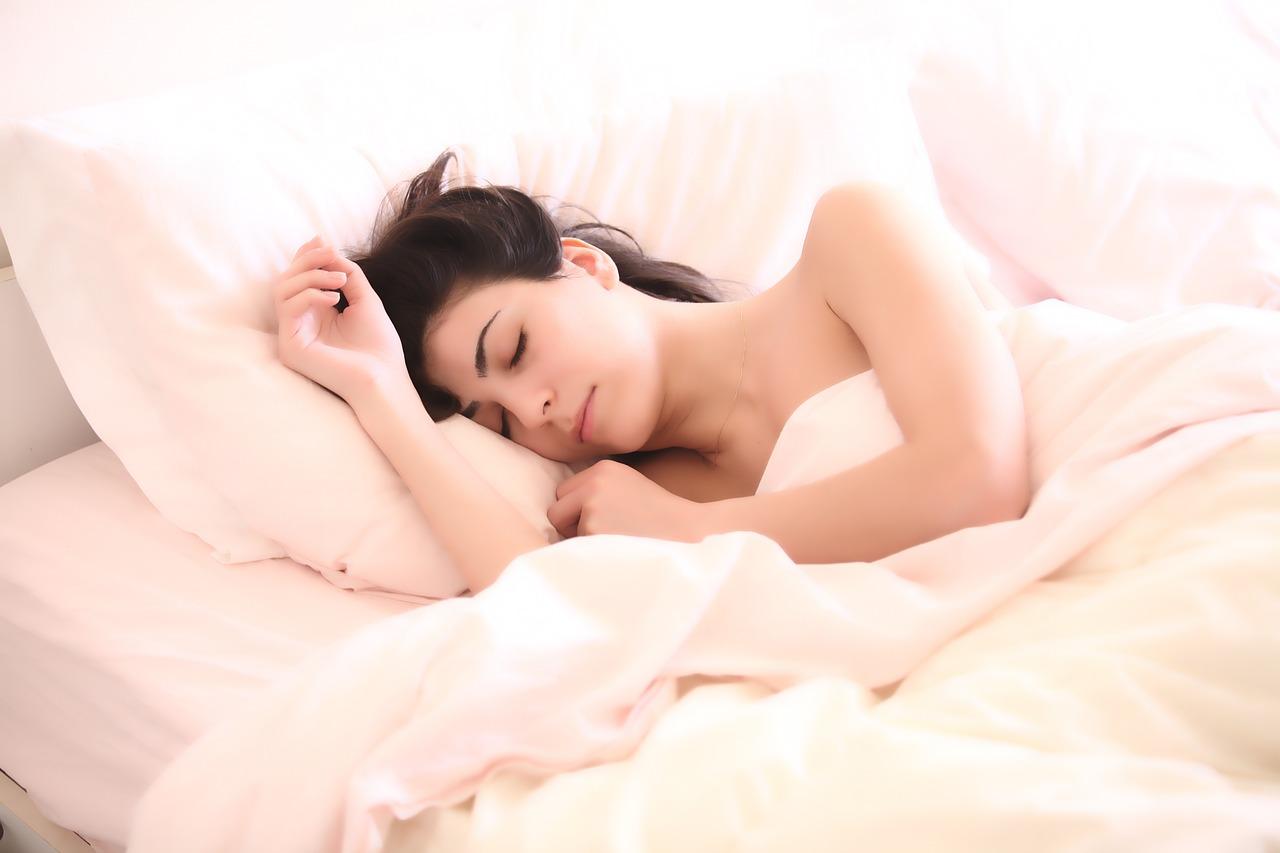 女性が気持ち良く寝ている写真
