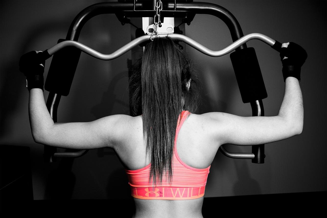 女性が背中のトレーニングをしています