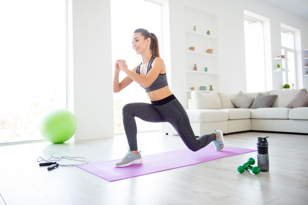 女性がランジというトレーニングをしている写真
