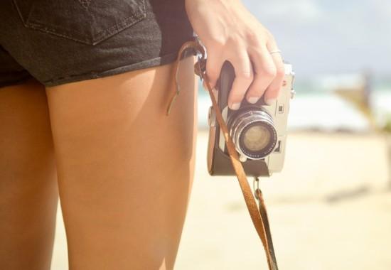 女性がカメラを持っている写真