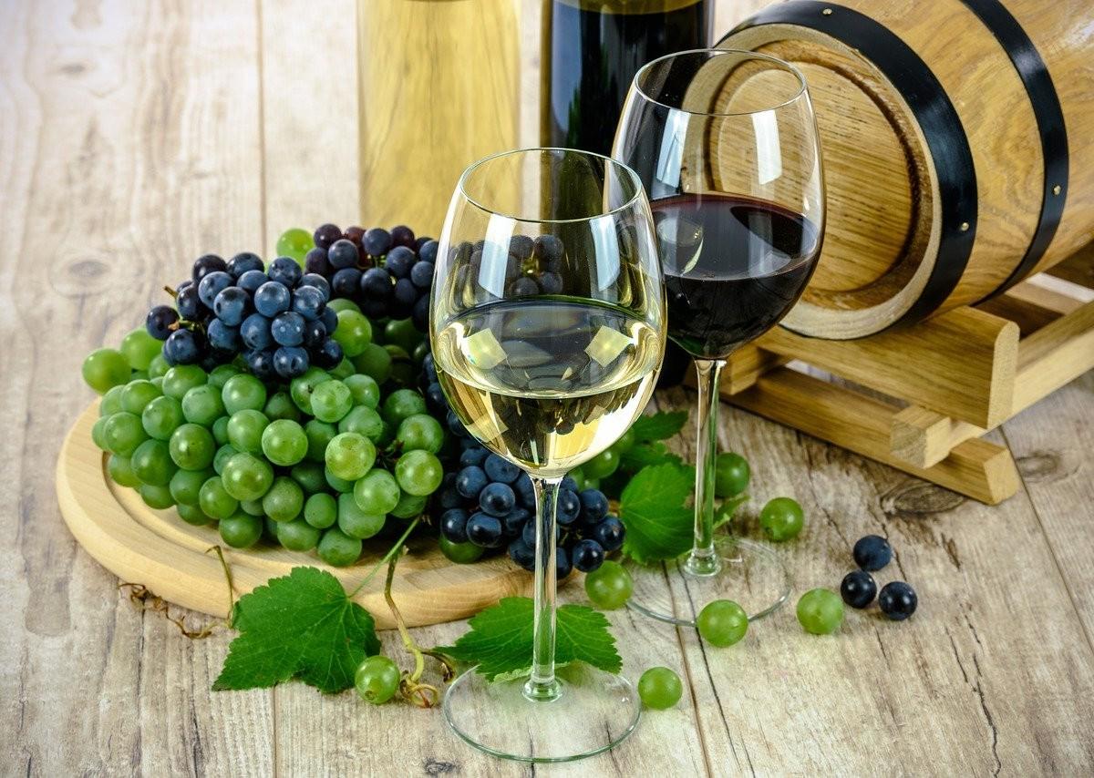 白ワインと赤ワインの写真