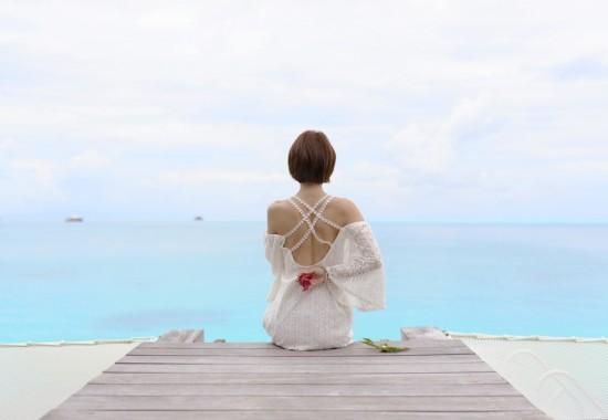 女性が綺麗な海を見ている写真