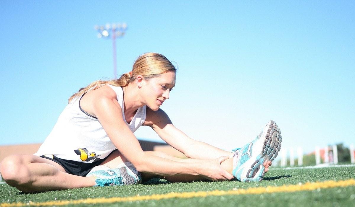 女性が準備運動をしている写真