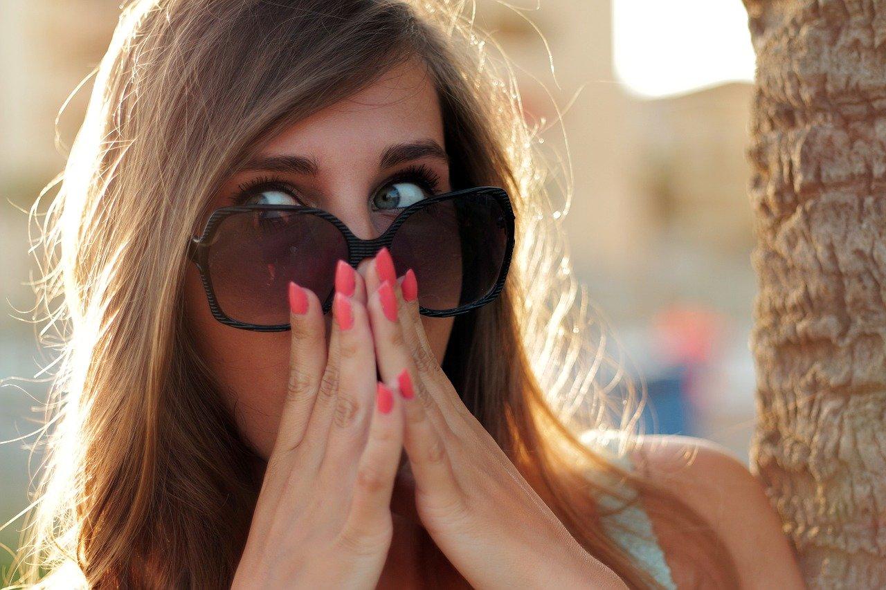 外国の女性が驚いている写真