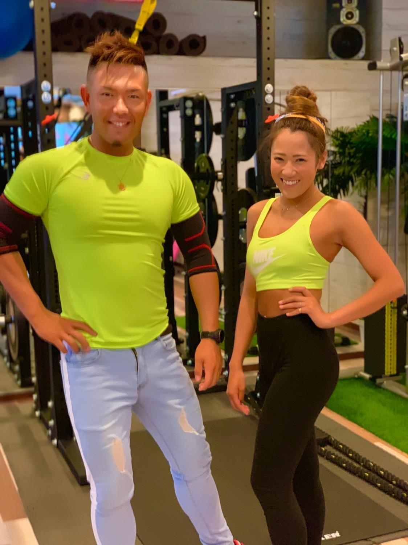 男性トレーナーと女性トレーナーの写真天白区パーソナルジム内で撮影