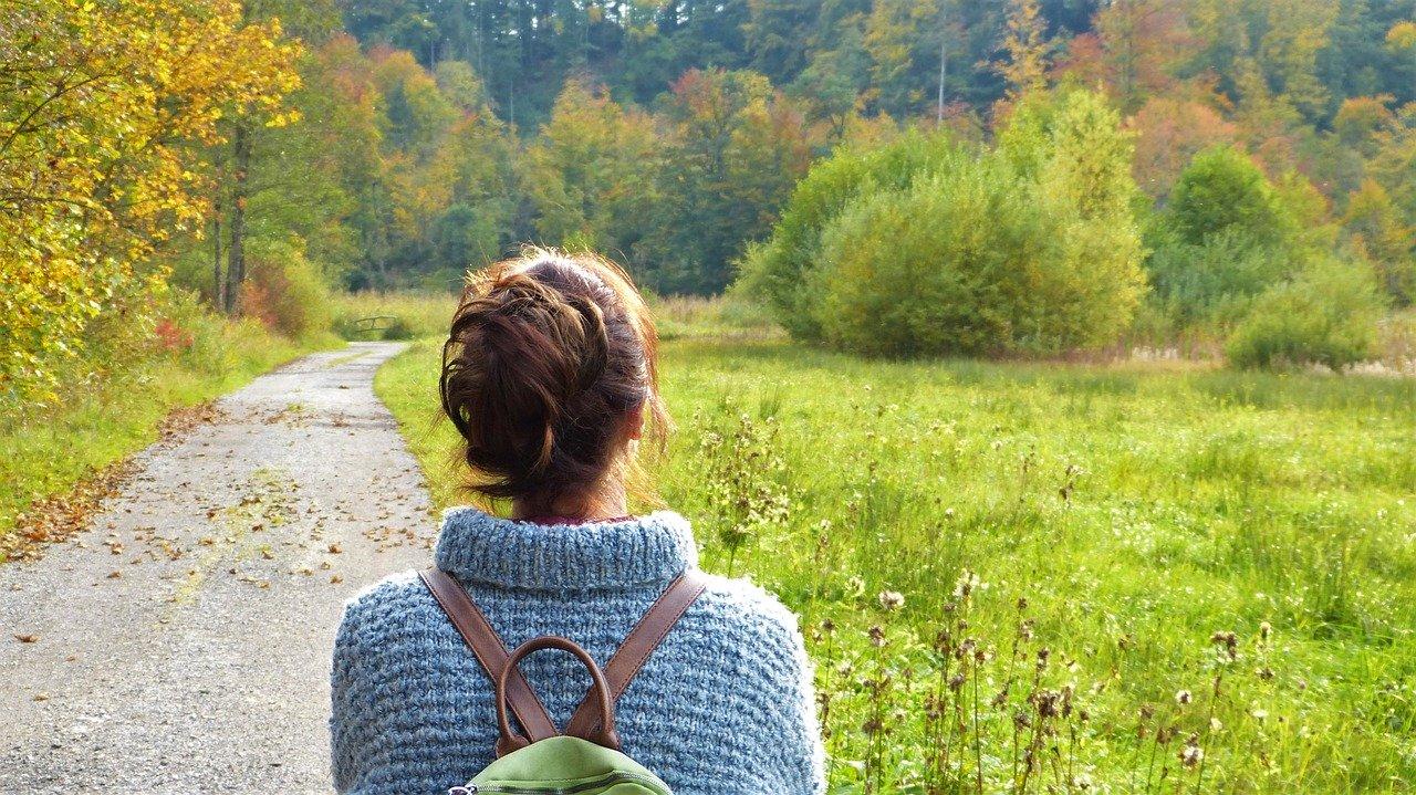 女性が自然の中を歩いています