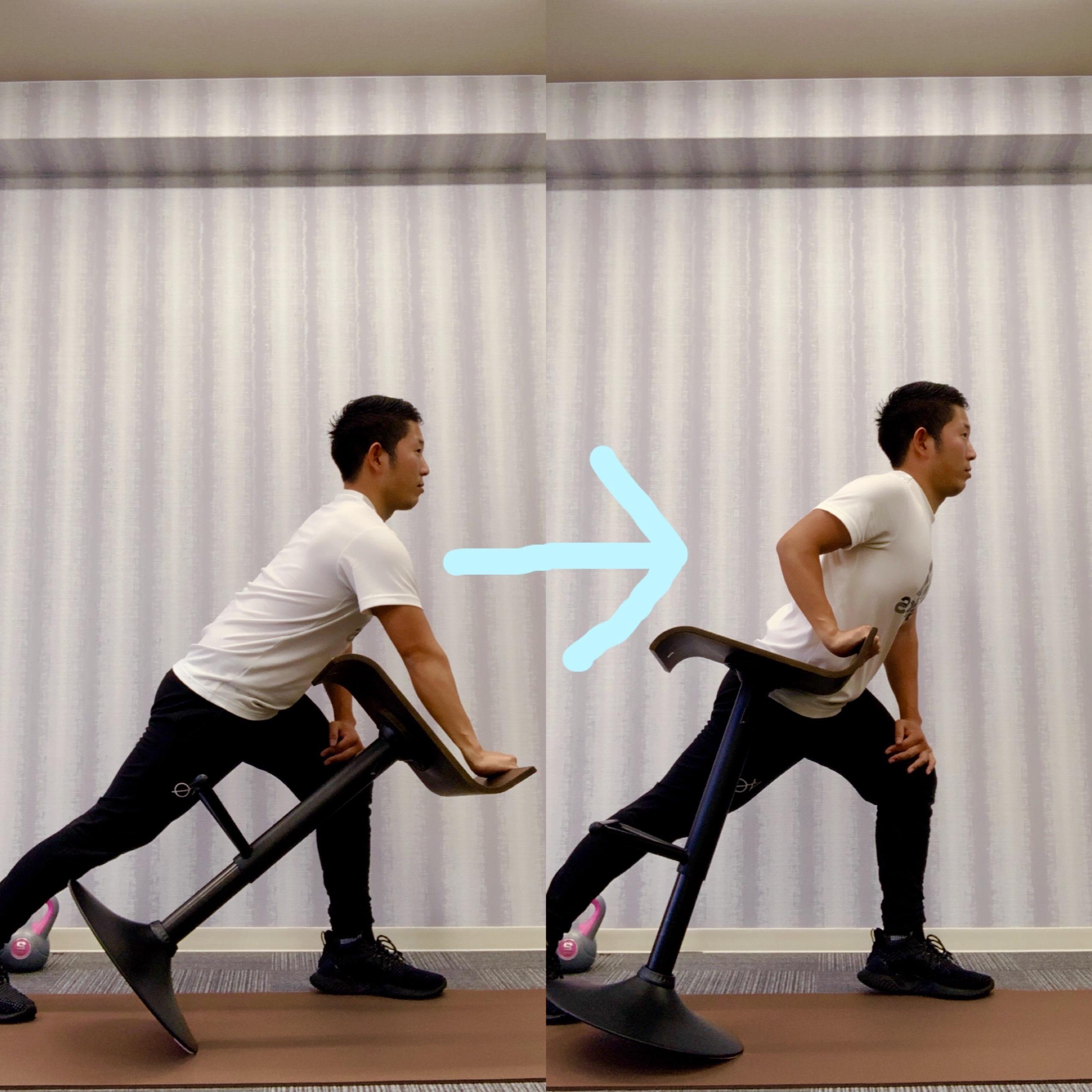 トレーナーが椅子を使って背中のトレーニングをしている