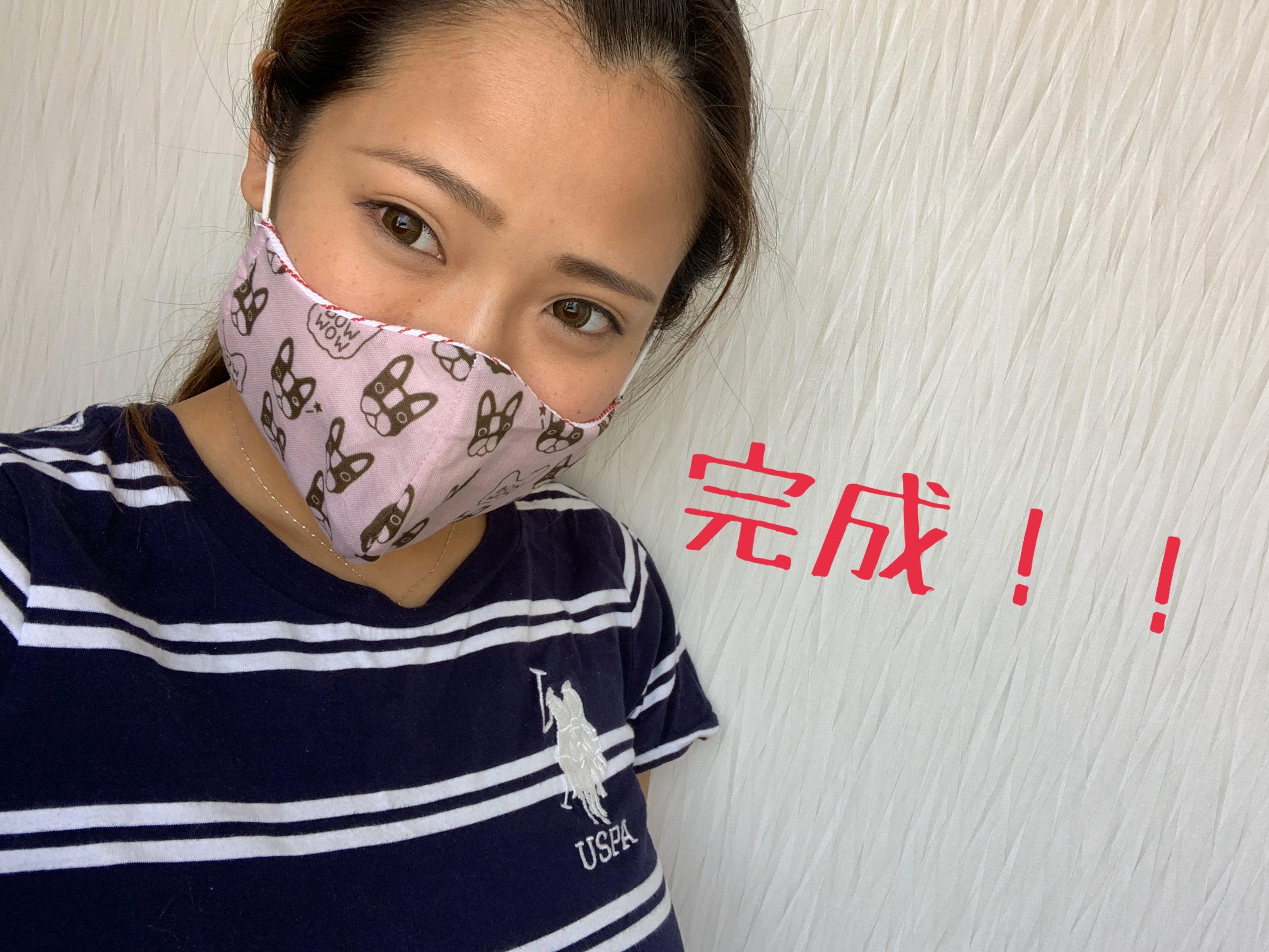 完成したマスクをつけている女性