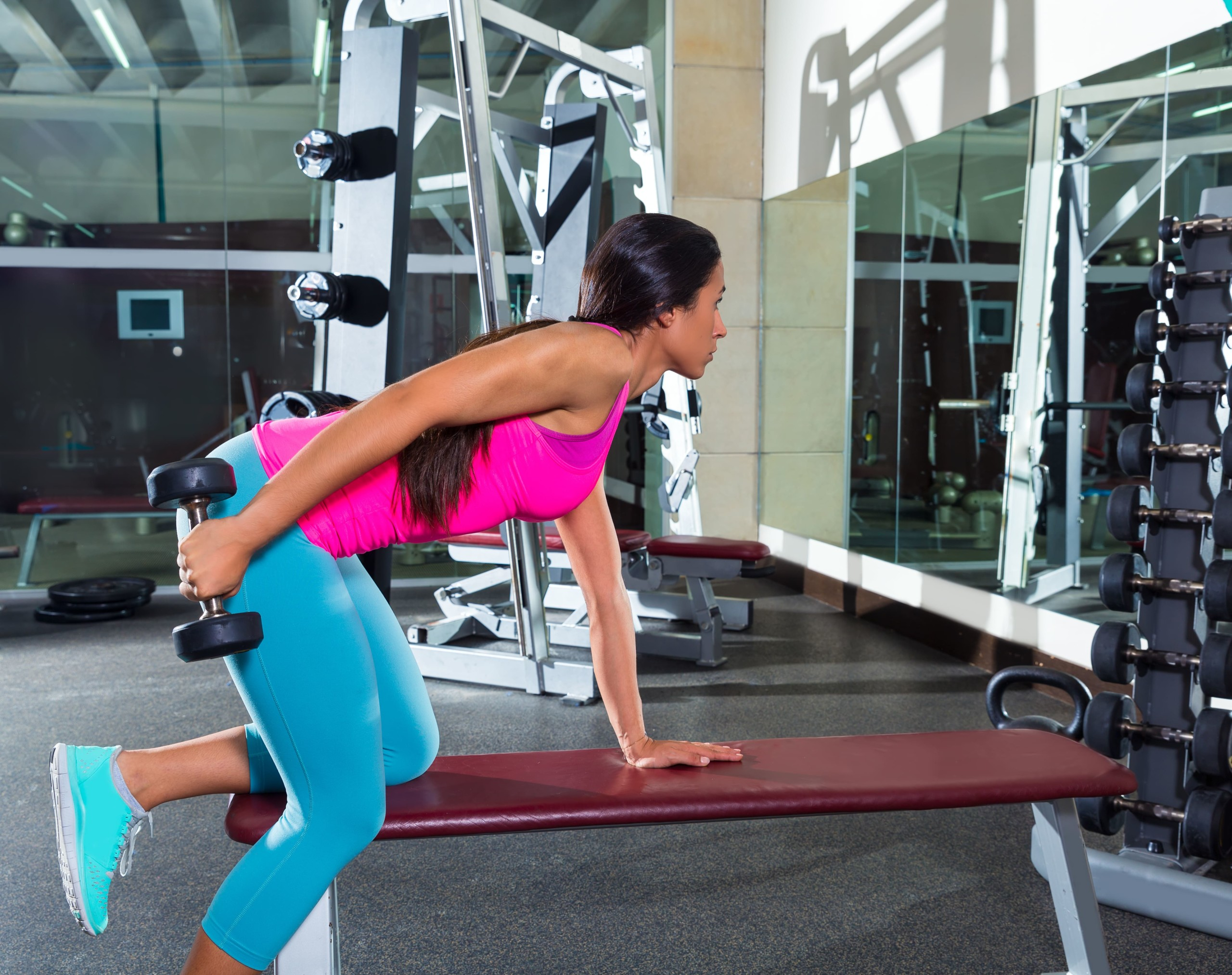 女性がダンベルを持ってトレーニングを行なっている