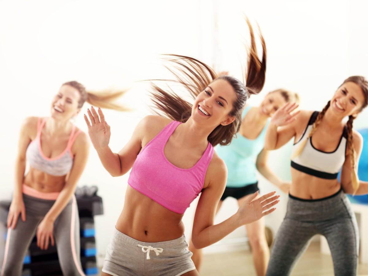 女性たちが楽しそうにトレーニングを行なっている