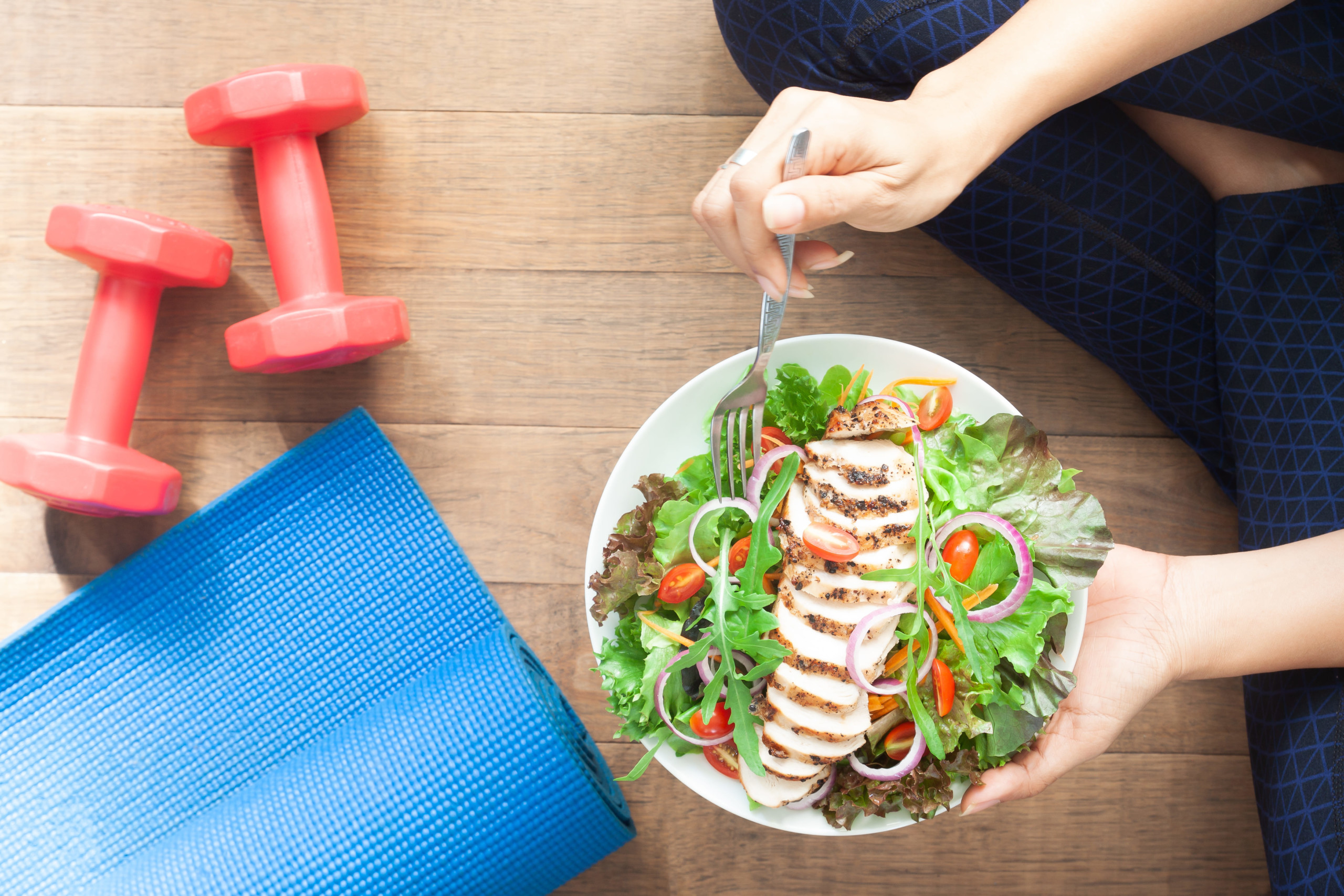 女性が健康に良い食事をしている