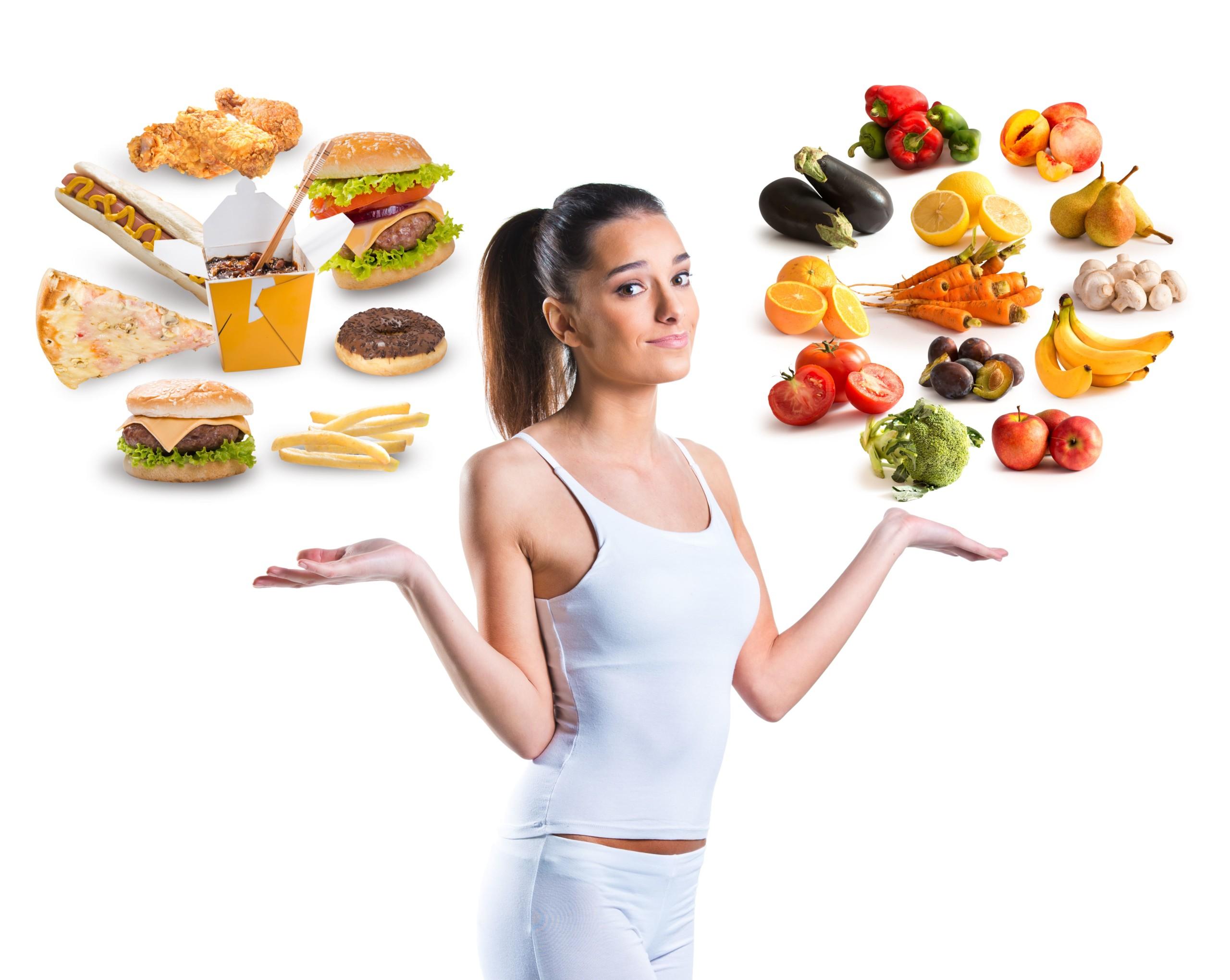 女性が食事を選んでいる