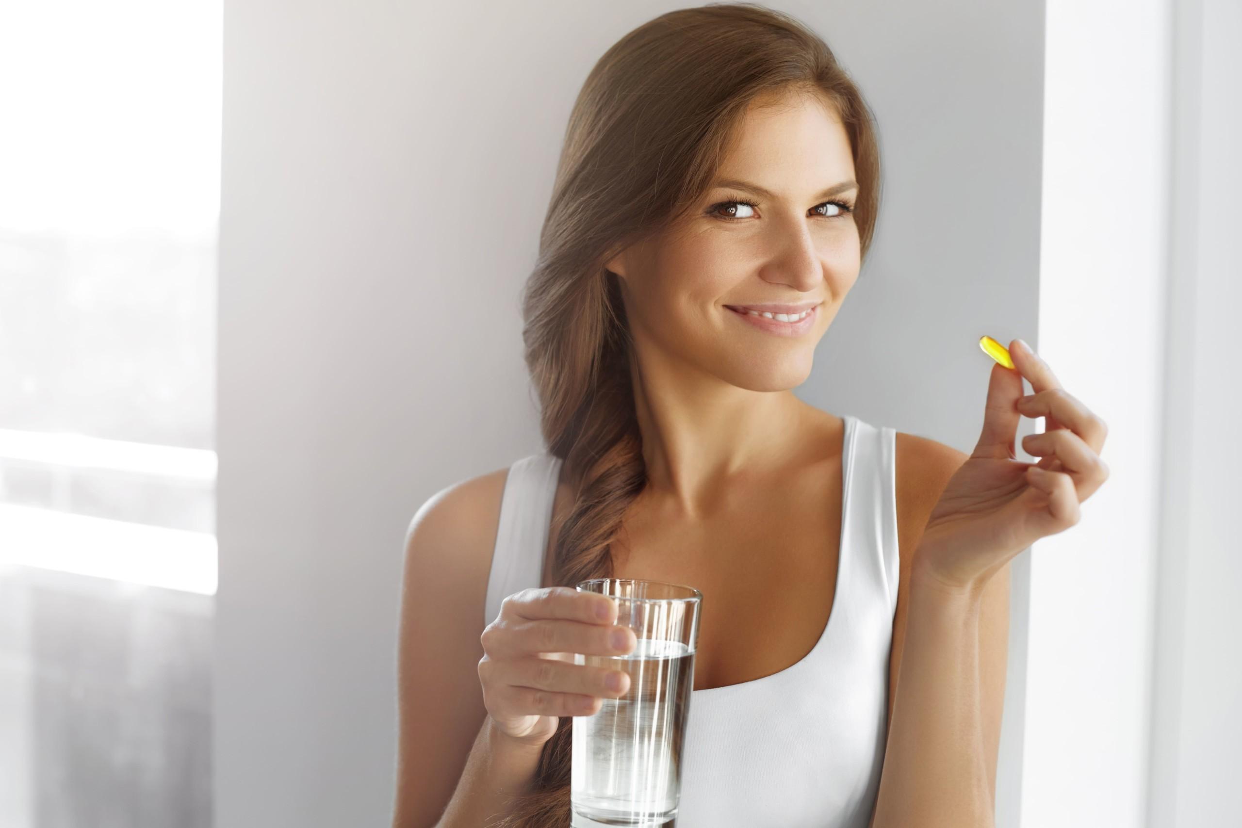女性がサプリメントを飲む瞬間