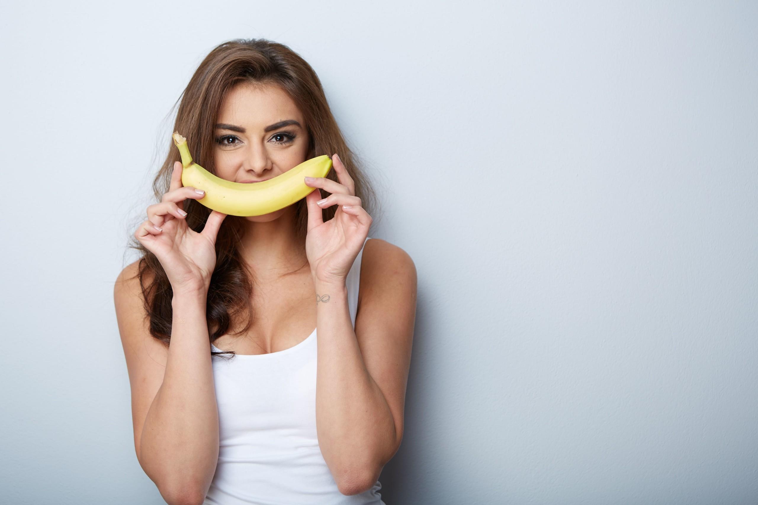 女性がバナナを持っている