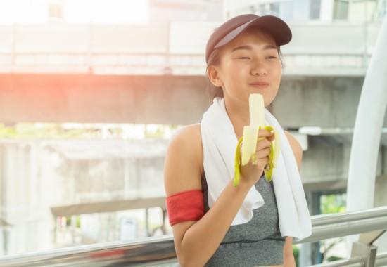 女性が美味しそうにバナナを食べている