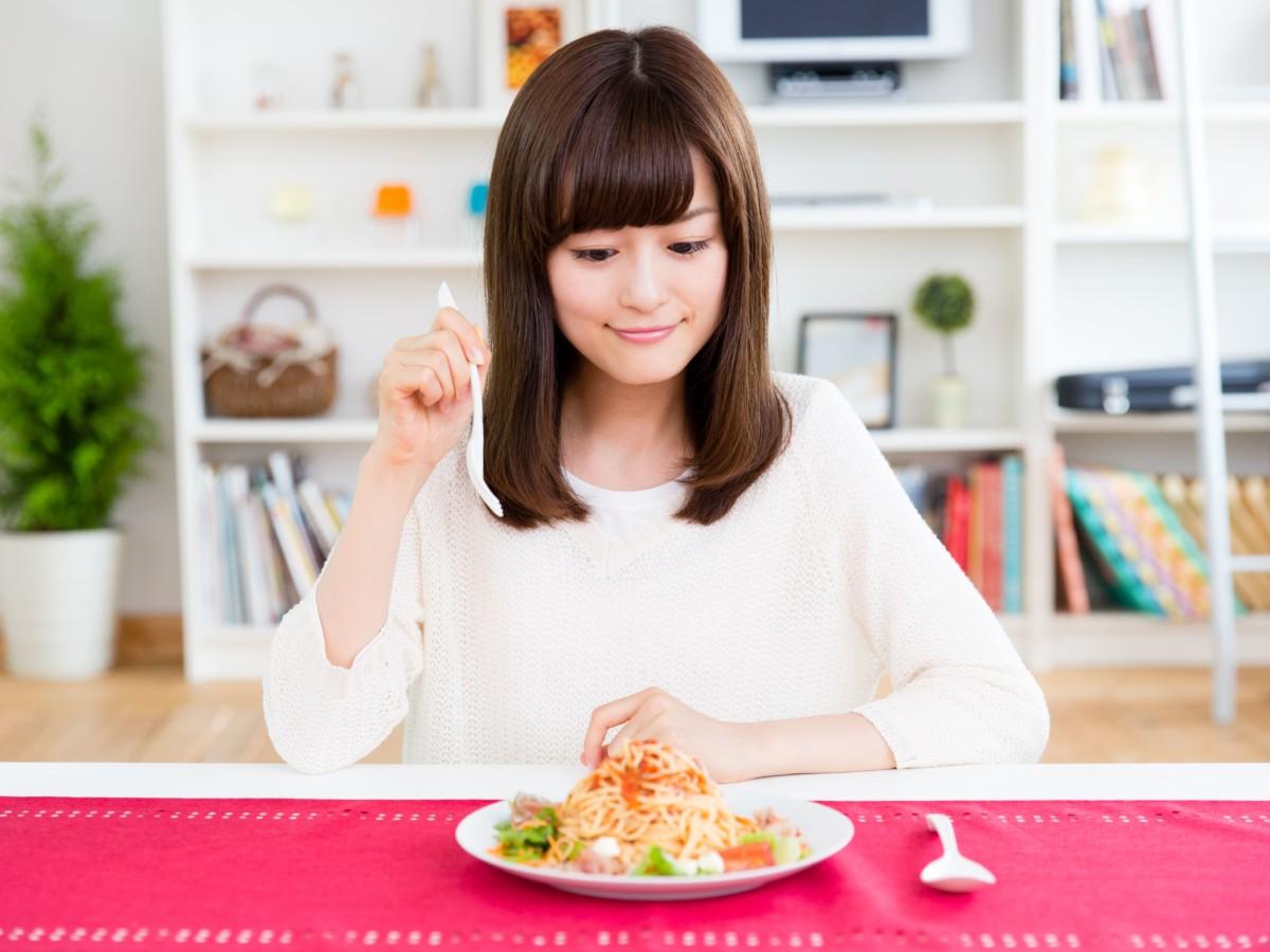 天白区 パーソナルジム 腸内環境について、食事を食べる女性の写真