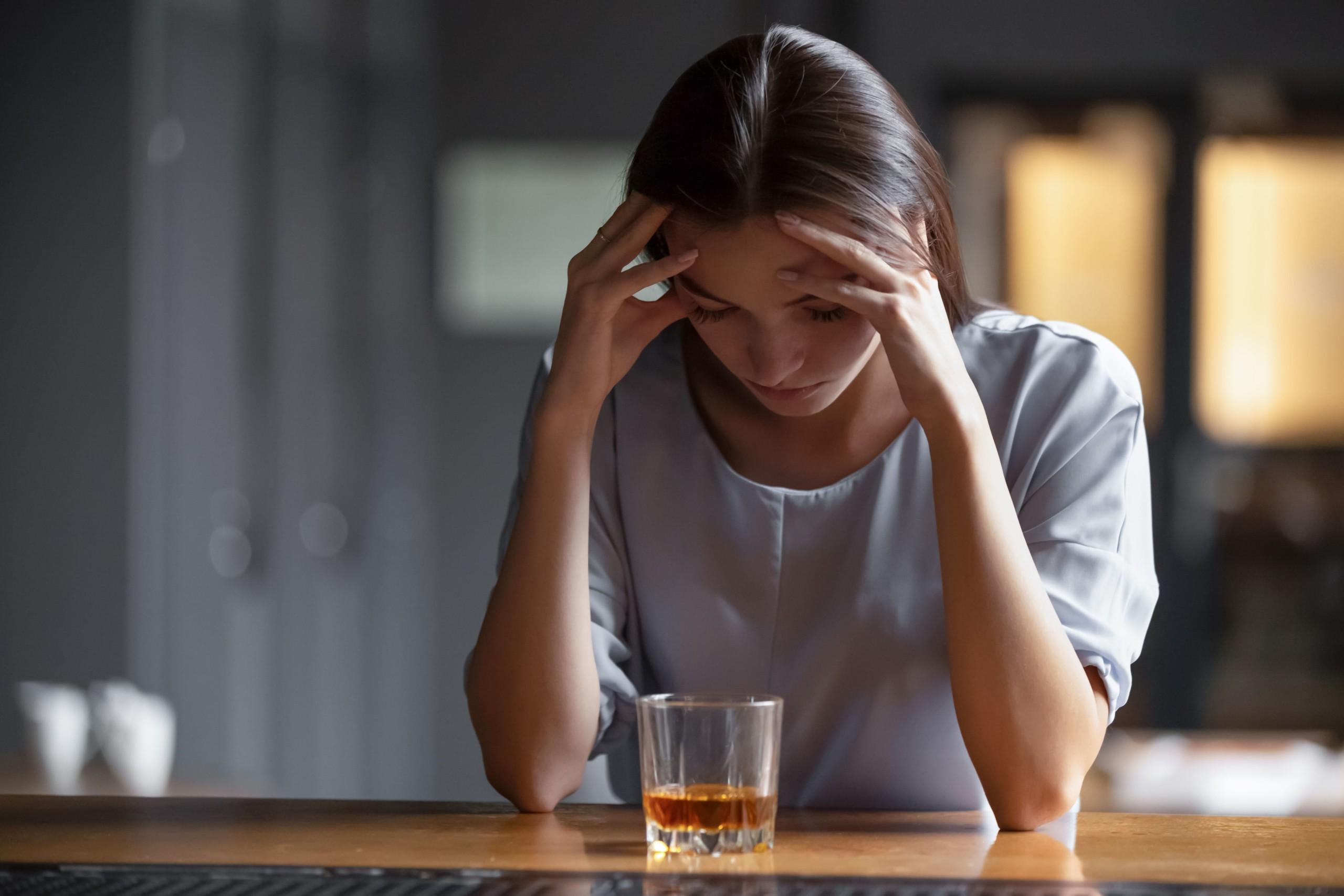 女性がお酒を飲み過ぎて鬱の状態