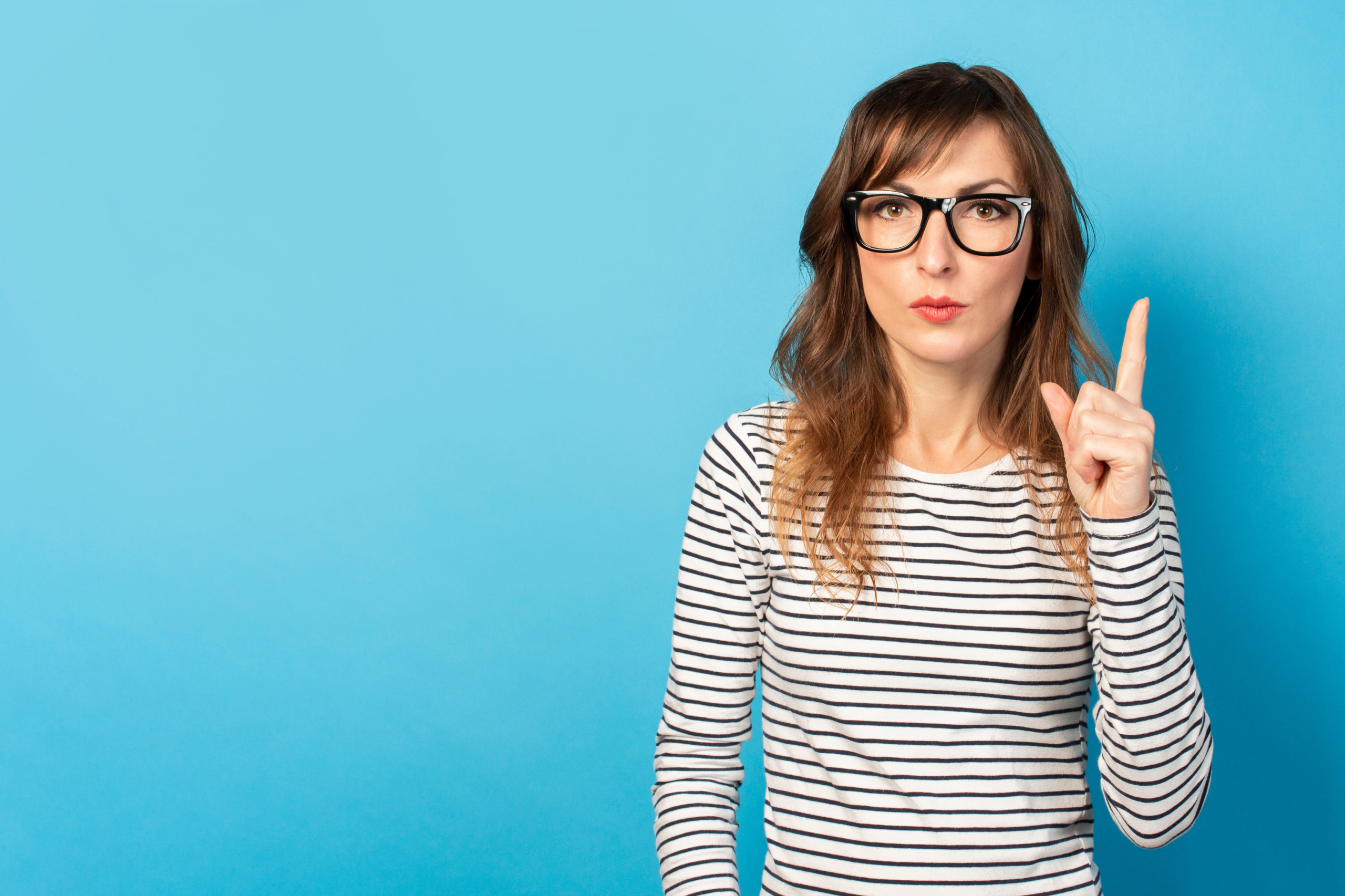 メガネかけた女性がアドバイスをしている