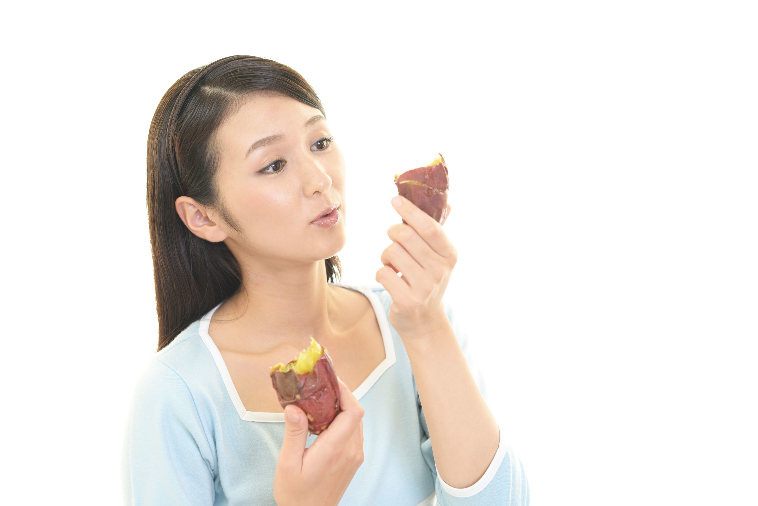 女性がさつまいもを食べている