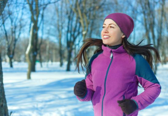 寒い時期に女性がトレーニングしている