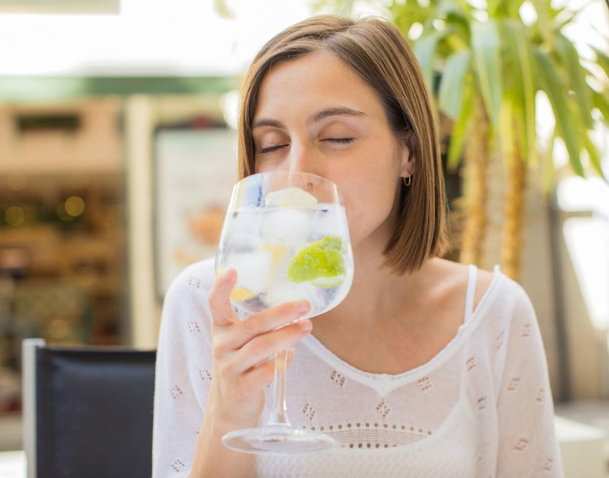 女性がお酒を飲んでいる