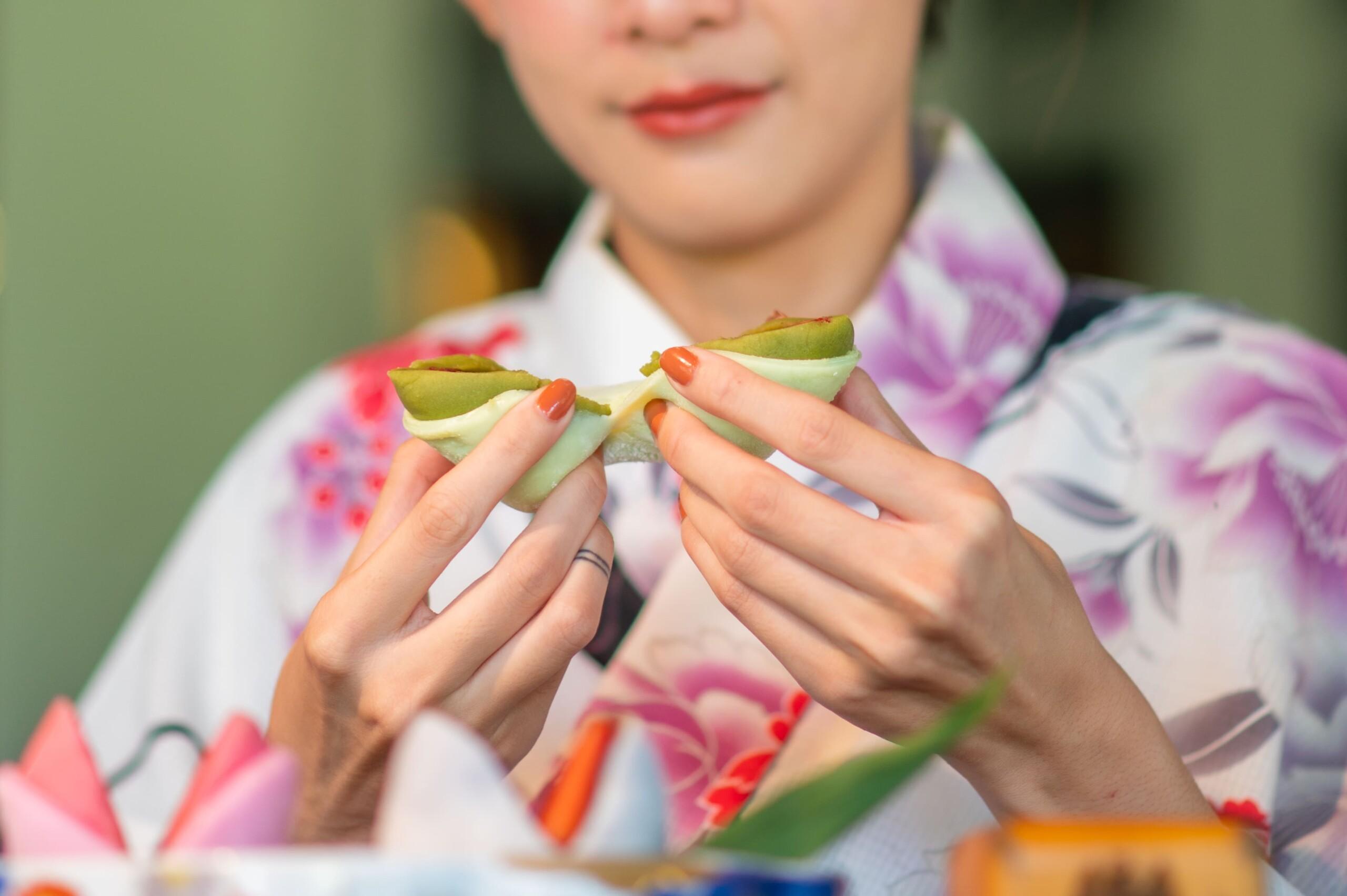 女性が美味しそうに和菓子を食べている
